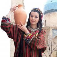Девушка с кувшином, в узбекской национальной одежде