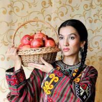 Узбекская девушка в традиционной одежде.