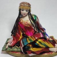 Типичный узбекский сувенир - красивая девушка с длинными косичками